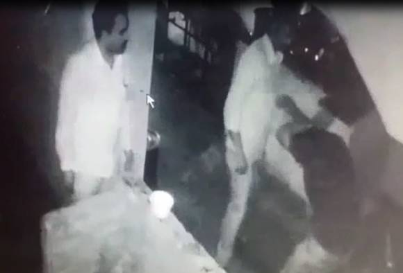 2 police attacked on bar manager fro wine on dry day