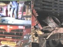 मुंबई-पुणे एक्सप्रेस वेवर दोन ट्रक आणि खासगी बसची धडक
