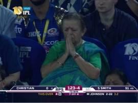 मुंबई इंडियन्ससाठी देवाचा धावा करणाऱ्या 'या' आजीबाई आहेत..