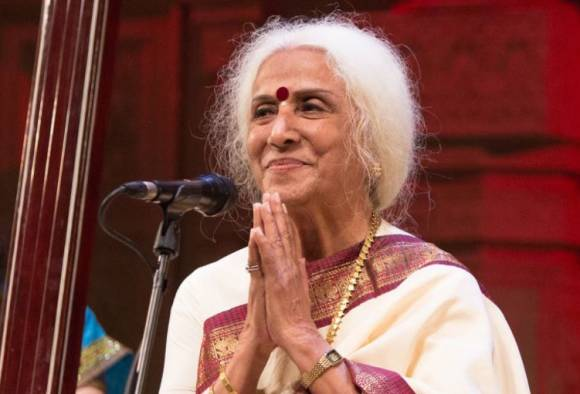 theft in renowned singer prabha atrey in pune latest updates
