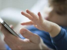 सावधान... चिमुरड्यांच्या हातात स्मार्टफोन देण्याआधी 'हे' नक्की वाचा