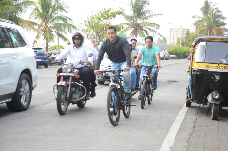 salman khan again rides cycle on mumbai roads