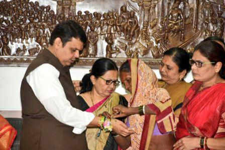 100 farmers made Rakhi to the Chief Minister Fadnavis