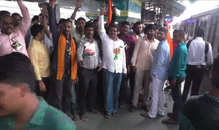 Mumbai maratha morcha protesters traveling by train to byculla