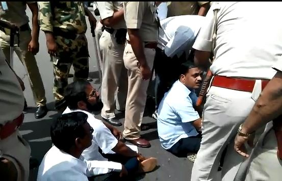 Mumbai : NCP MLA Sanjay Kadam protests against traffic jam on road latest update