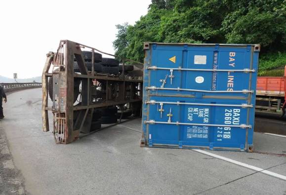 accident on Mumbai Pune express way near khopoli
