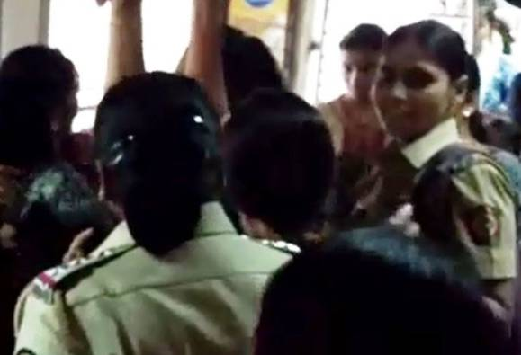 Around 15 to 20 women arrested who were bullying in the local train latest update