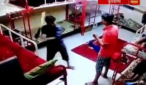 VIDEO : कोचिंग क्लासच्या कर्मचाऱ्याकडून विद्यार्थ्याला मारहाण