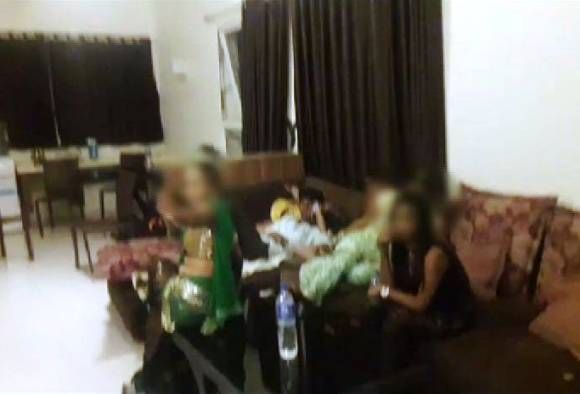 Nashik : Police raids at resort, 15 arrested including 7 girls for vulgar dance