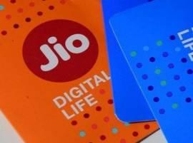 जिओ ग्राहकांना दणका, डेटा पॅकमध्ये कपात