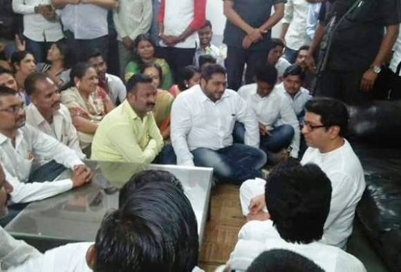 Raj Thackeray's interaction with the party workers sitting on the ground