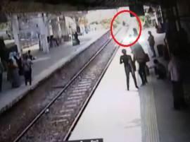 बॅग चोरीमुळे वैतागलेल्या तरुणाची मुंबई लोकलसमोर उडी