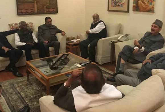 दिल्लीत शरद पवारांच्या निवासस्थानी विरोधकांची बैठक