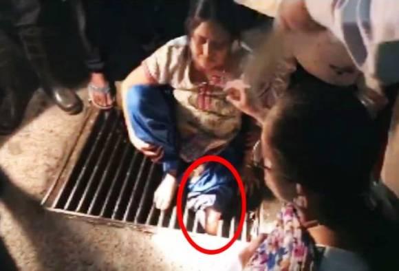 ठाण्यात महिलेचा पाय गटाराच्या लोखंडी जाळीत अडकला!
