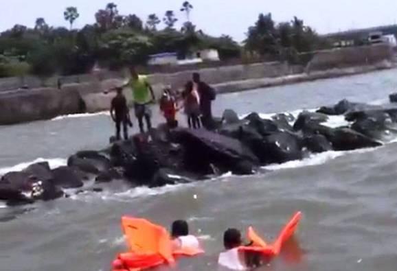 बँडस्टँडला हायटाईडमध्ये अडकलेल्या अकरा जणांना वाचवण्यात यश