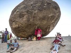 IN PICS: ਰਹੱਸਮਈ ਤਰੀਕੇ ਨਾਲ ਅਟਕਿਆ 2 ਲੱਖ ਕਿੱਲੋ ਦਾ ਪੱਥਰ