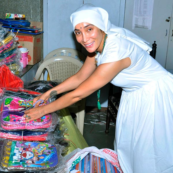 sofia-hayat-posing-with-the-gifts-for-kids-at-ngo-201606-735881