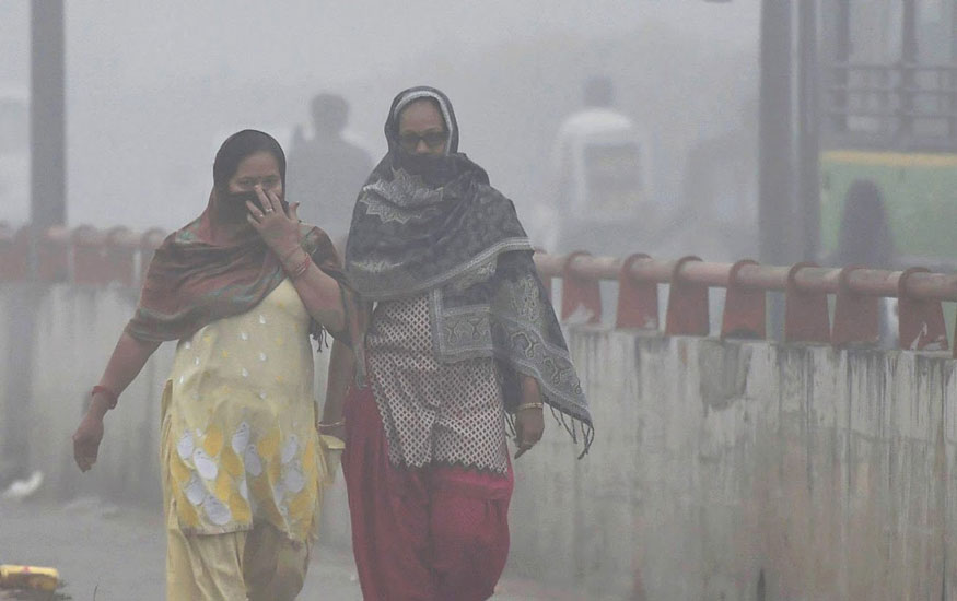 Women-try-to-protect-themselves-from-heavy-smog