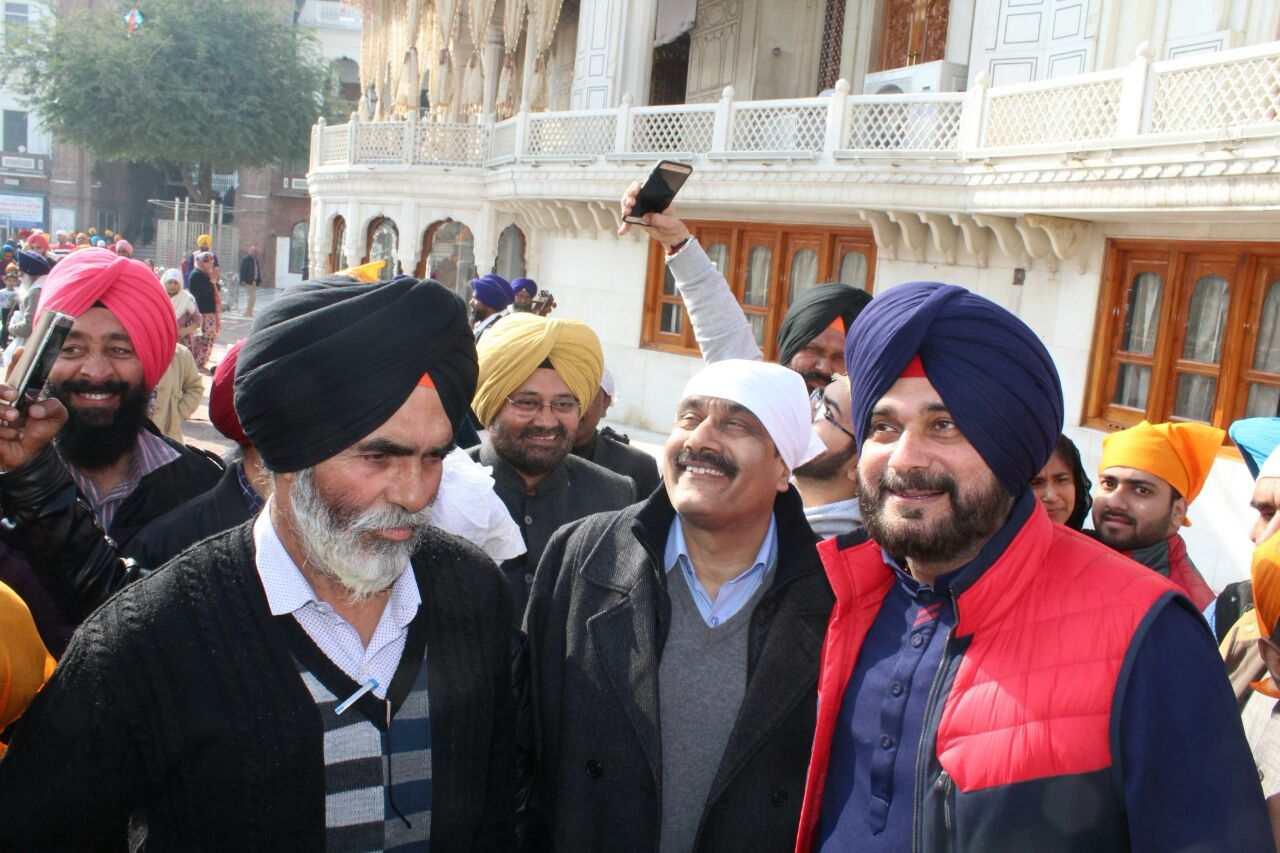 Sidhu_in_Harmandir_Sahib_with_Central_minister_team (18)-compressed