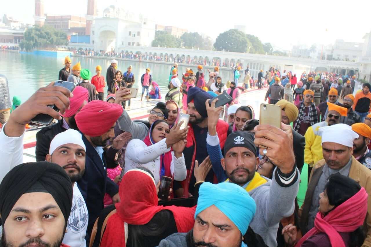 Sidhu_in_Harmandir_Sahib_with_Central_minister_team (2)-compressed