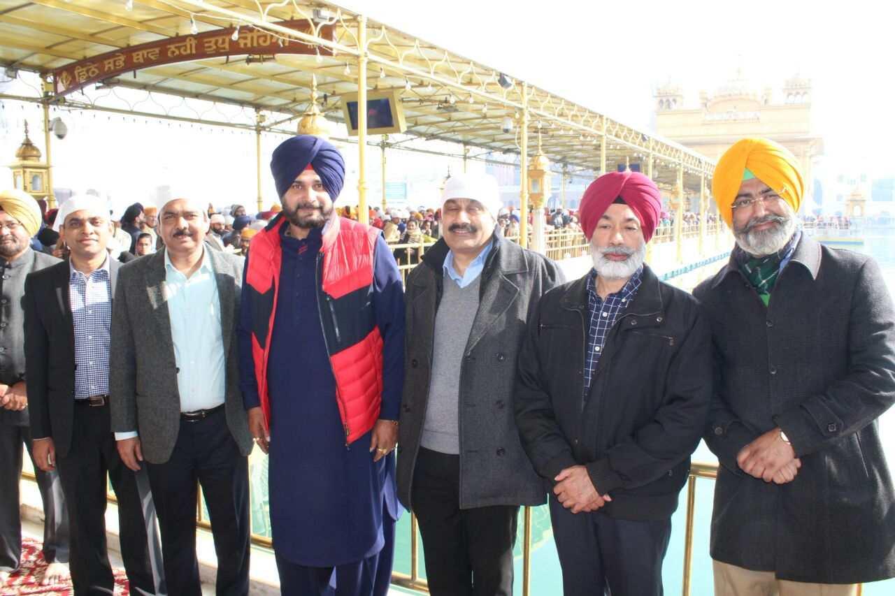 Sidhu_in_Harmandir_Sahib_with_Central_minister_team (14)-compressed