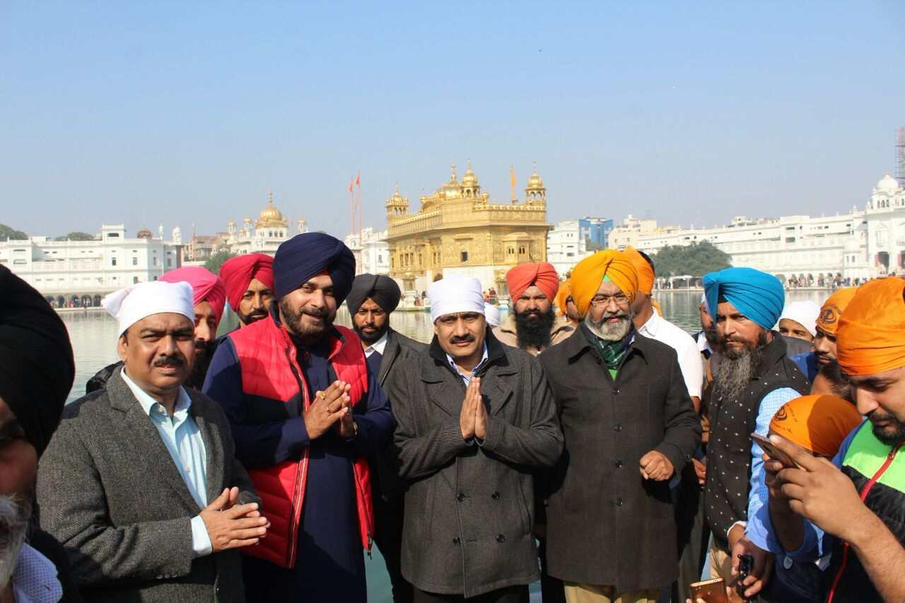 Sidhu_in_Harmandir_Sahib_with_Central_minister_team (12)-compressed