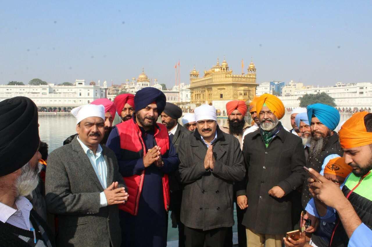 Sidhu_in_Harmandir_Sahib_with_Central_minister_team (11)-compressed