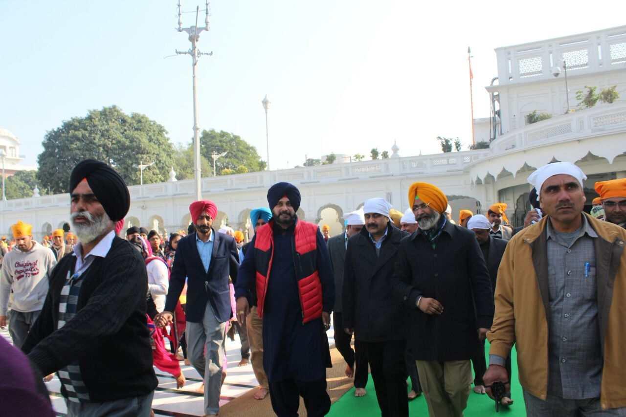 Sidhu_in_Harmandir_Sahib_with_Central_minister_team (7)-compressed