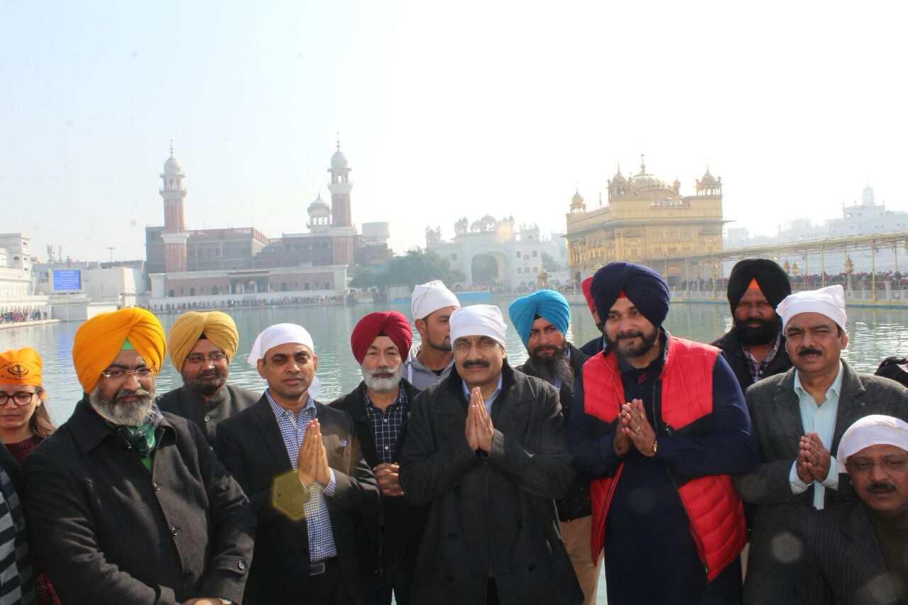 Sidhu_in_Harmandir_Sahib_with_Central_minister_team (20)-compressed