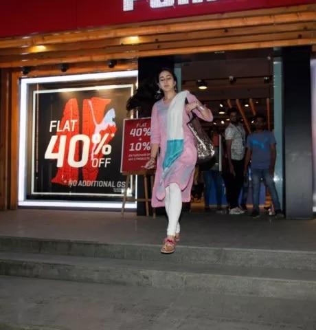 7-Sara_Ali_Khan_Window_Shopping