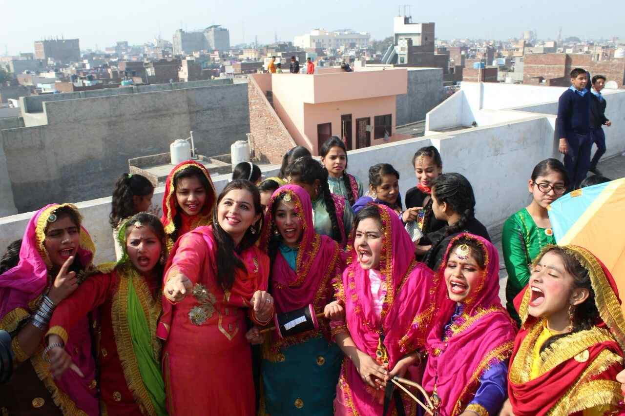 Girls_celebrating_lohri_in_Amritsar (6)-compressed