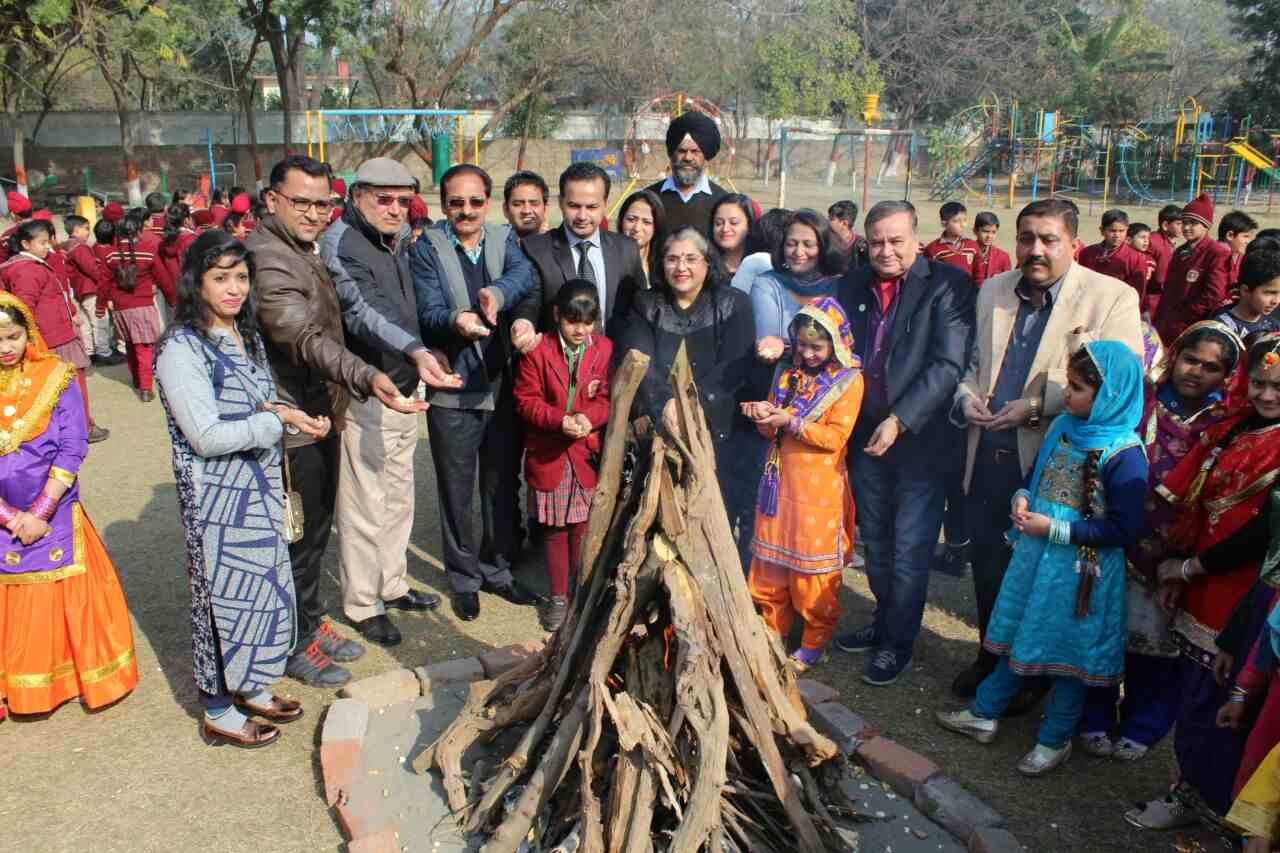 Girls_celebrating_lohri_in_Amritsar (9)-compressed