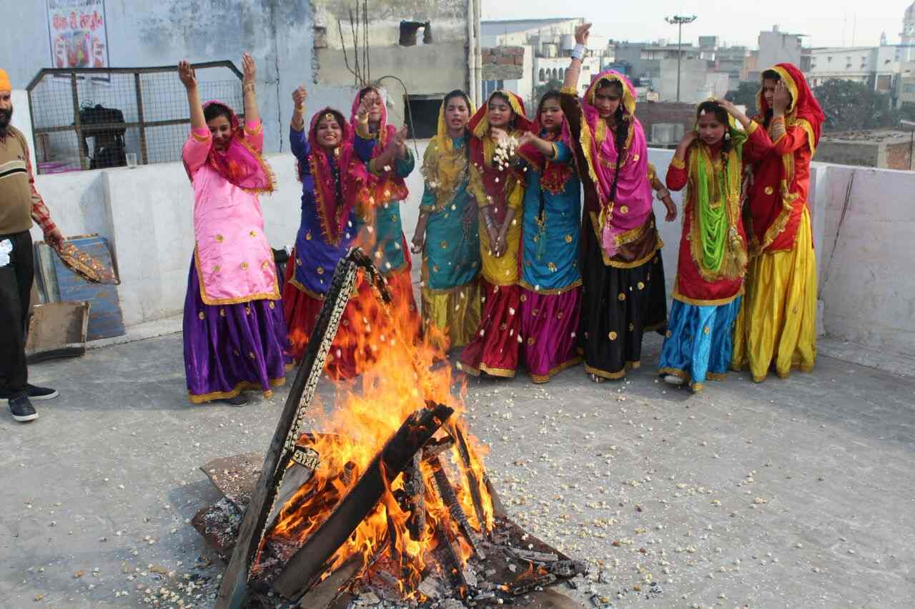 Girls_celebrating_lohri_in_Amritsar (1)-compressed