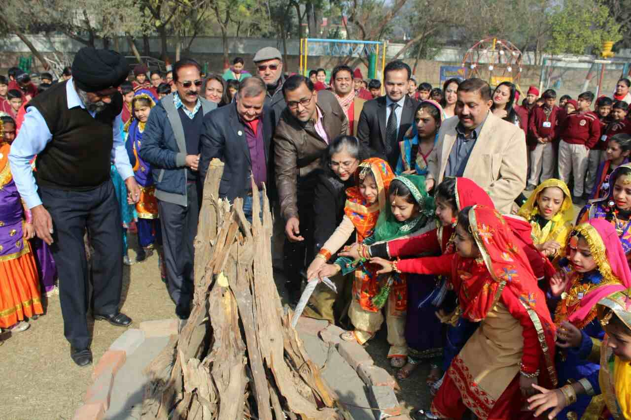 Girls_celebrating_lohri_in_Amritsar (4)-compressed