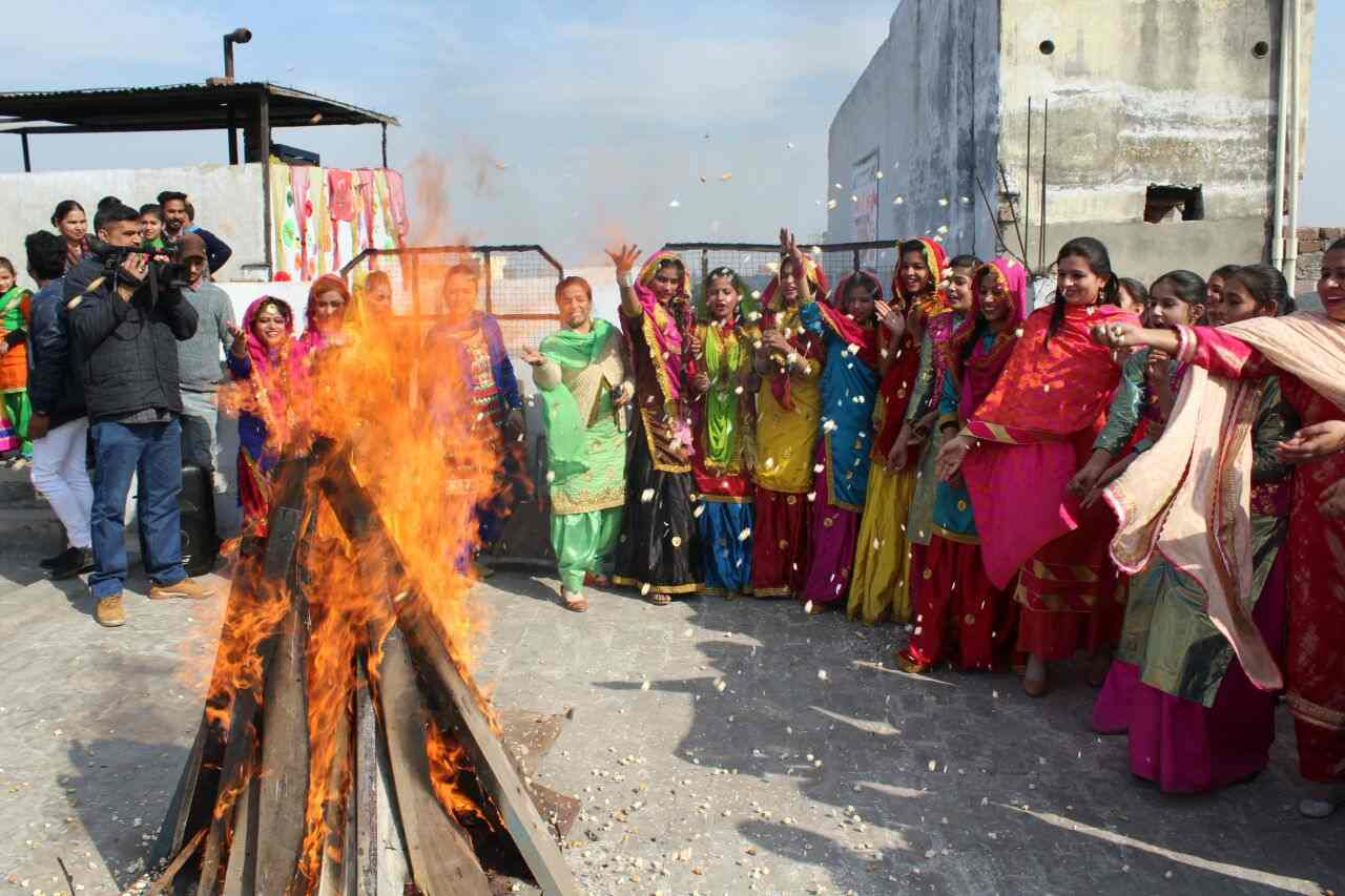 Girls_celebrating_lohri_in_Amritsar (11)-compressed