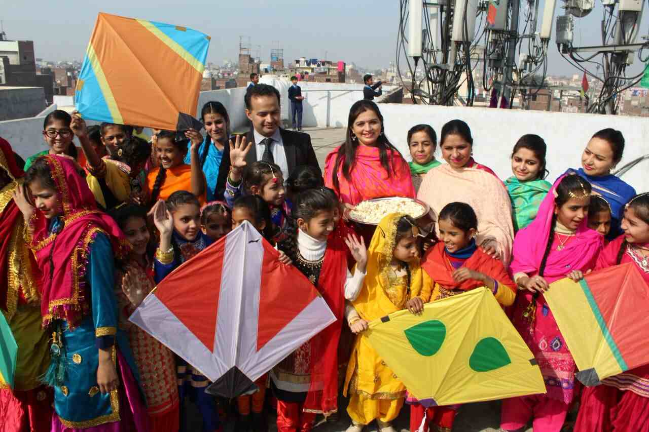 Girls_celebrating_lohri_in_Amritsar (13)-compressed