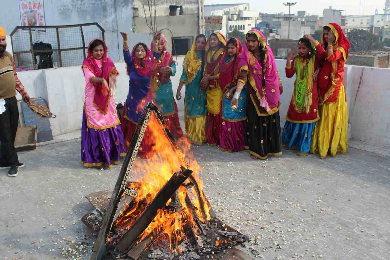 Girls_celebrating_lohri_in_Amritsar (16)-compressed