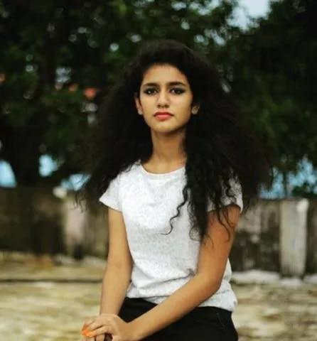 10-Manikya-Malaraya-Poovi-Girl