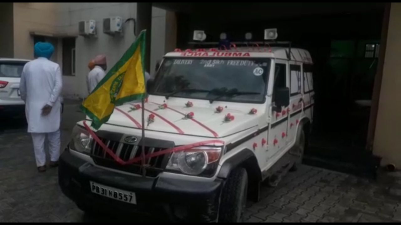 farmers-declared-their-fellow-accident-victims-as-martyer-taken-to-native-villages-in-flower-decorated-ambulance-van-1