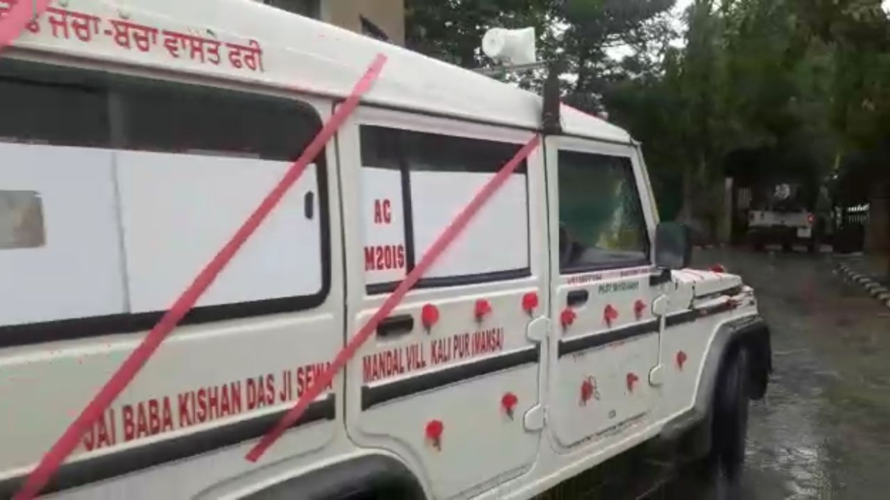 farmers-declared-their-fellow-accident-victims-as-martyer-taken-to-native-villages-in-flower-decorated-ambulance-van-4