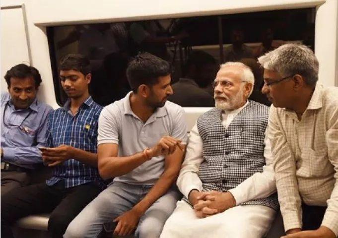 5-PM-Modi-in-Delhi-Metro-compressed