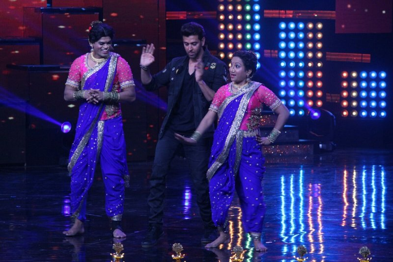 Hrithik also danced with contestants- Sidharth Jadhav & his wife Trupti[PIC CREDIT: Manav Manglani]