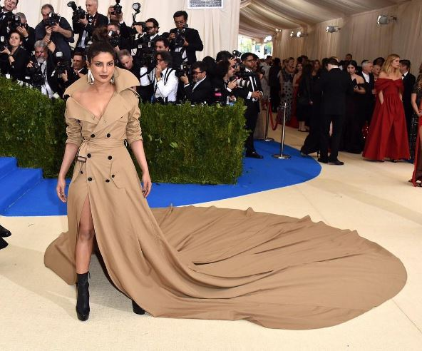 Our very own 'desi girl' Priyanka Chopra knows how to own the red carpet at any international event be it Oscars, Golden Globes or any other starry affair and now the top Bollywood actress has once again turned heads on the red carpet of Met Gala 2017 which was attended by the creme-de-la-creme of Hollywood stars!