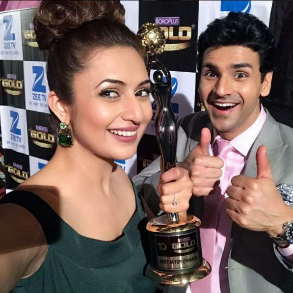 Divyanka posing for a selfie with her trophy