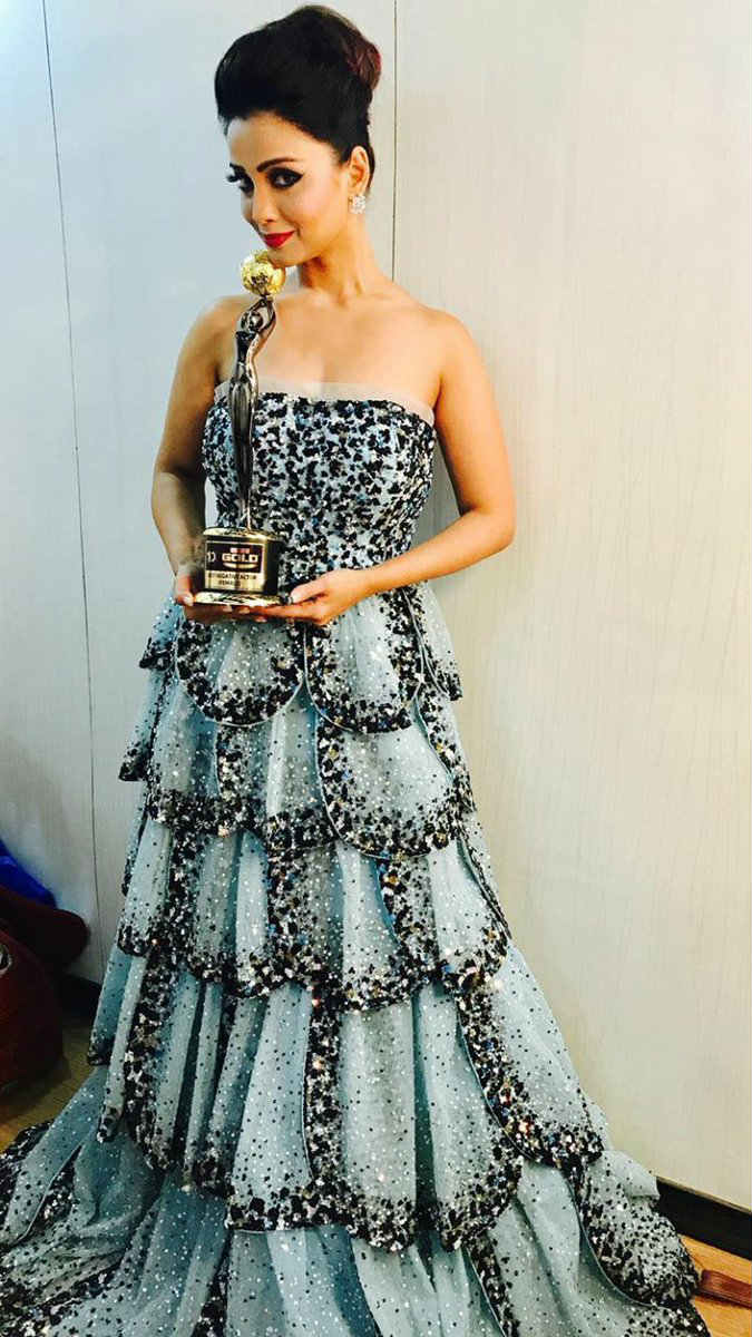 The gorgeous 'Naagin' Adaa Khan posing with her award