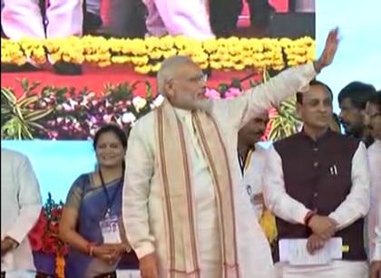 વડોદરાઃ PM મોદી નવલખી ગ્રાઉન્ડ પહોંચ્યા, દિવ્યાંગોને આપી ભેટ