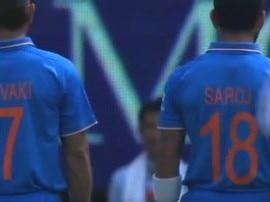 ન્યૂઝિલેન્ડ વિરુદ્ધની વન-ડેમાં પોતાની માતાના નામની ટી-શર્ટ પહેરી મેદાનમાં ઉતર્યા ભારતીય ખેલાડીઓ, જુઓ વીડિયો