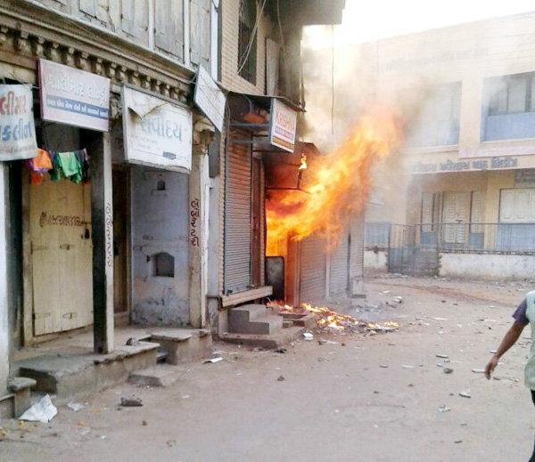 2-stoned between Hindu-Muslim im khambhat