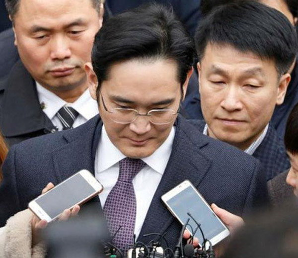 1-+samsung vice chairman jay y lee arrested in corruption probe