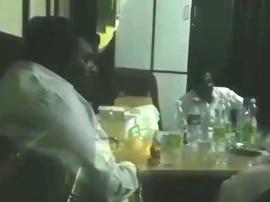 વડોદરાઃ વોર્ડ ઓફિસમાં દારૂની મહેફિલ માણતા અધિકારીઓ ઝડપાયા,કેમેરો જોઇ મોં છૂપાવવા લાગ્યા